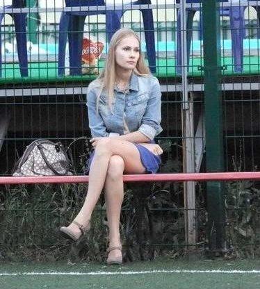 «Волна-ФФК» - «Энигма». На скамейке запасных нашей команды только Ангелина - будущая супруга Станислава.